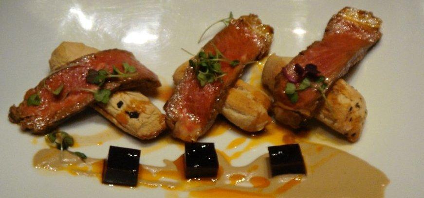 Roast beef de Ternera de Extremadura con ajo blanco de poleo y pan crujiente de setas de temporada