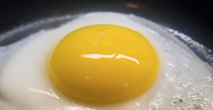 Huevo frito en agua
