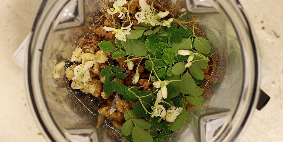 Hojas y flores de moringa oleífera con nueces, cacao en polvo, canela y vainilla