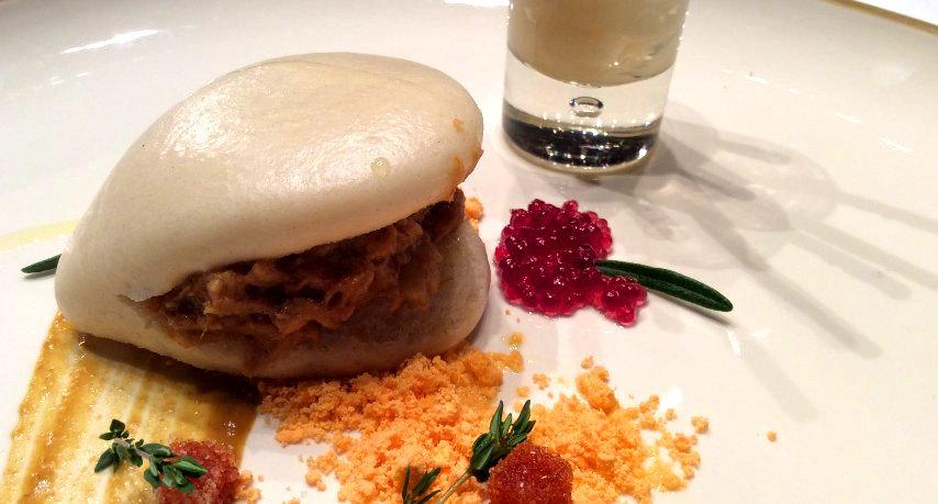 Curry castúo de Corderex, pan de patatera al vapor y snack de Torta del Casar y Vino Ribera de Guadiana.