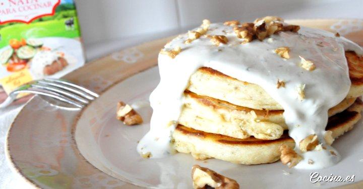 Pancakes salados con salsa de queso