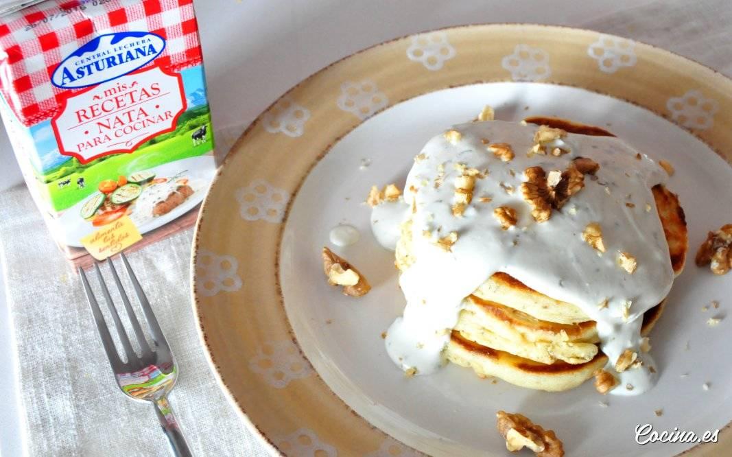 Pancakes salados con salsa de queso azul