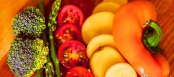 Verduras variadas: brócoli, espárragos trigueros, patatas y pimiento.