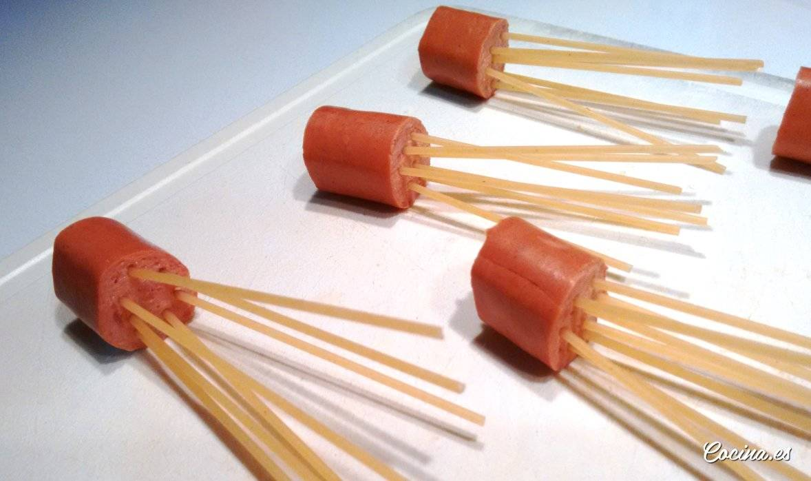 Pulpitos de espaguetis con salchichas antes de ser cocidos