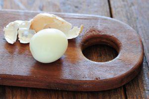 como pelar huevos