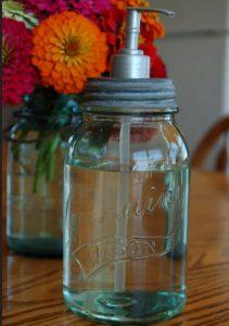 Dosificador de jabón con frascos de vidrio reciclados