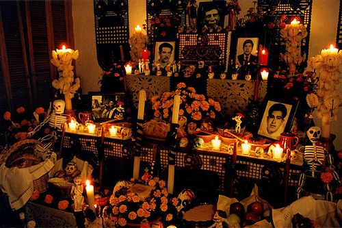 Foto de un altar del día de muertos en México