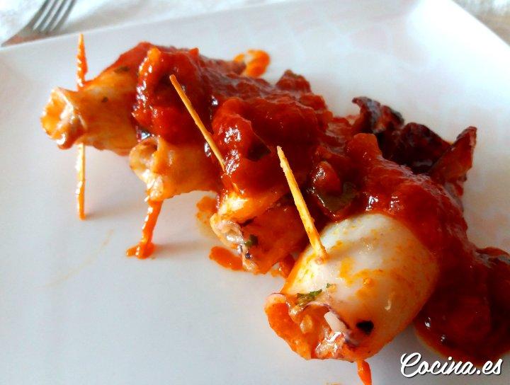 Chipirones rellenos de gambas en salsa de tomate