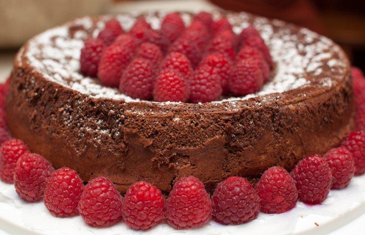 Tarta de Chocolate decorada con Frambuesas